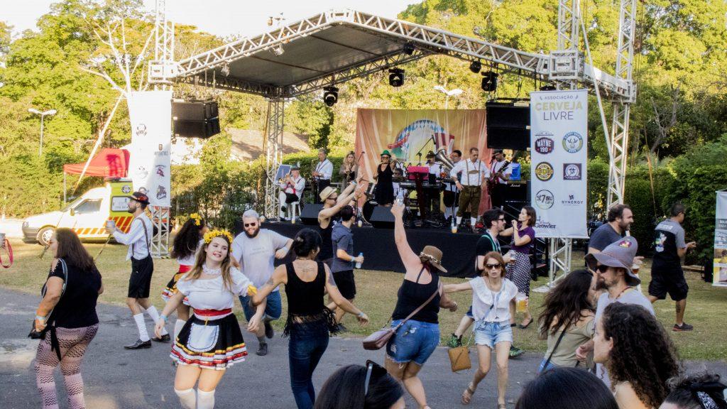 Público dançando